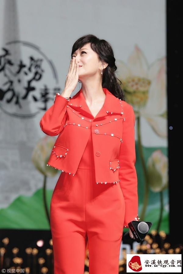 不老女神赵雅芝一身橘红干练十足 还朝观众献飞吻